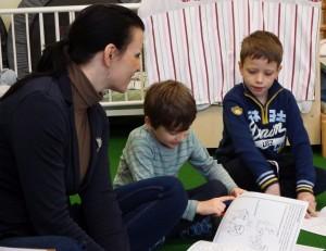 Ninette Pett mit den Vorschülern Emilio und Samuel (v. l.).